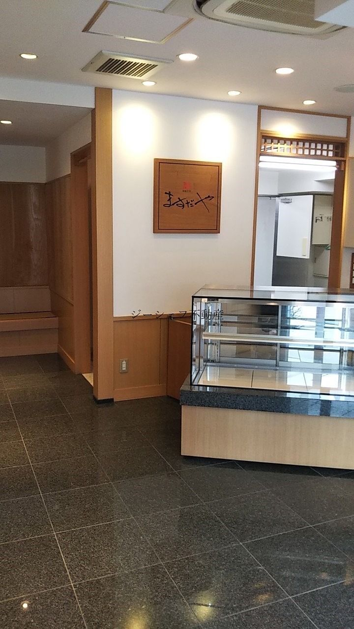 現状は和菓子屋さんの残置物があります。引渡(スケルトン・居ぬき)はご相談です。