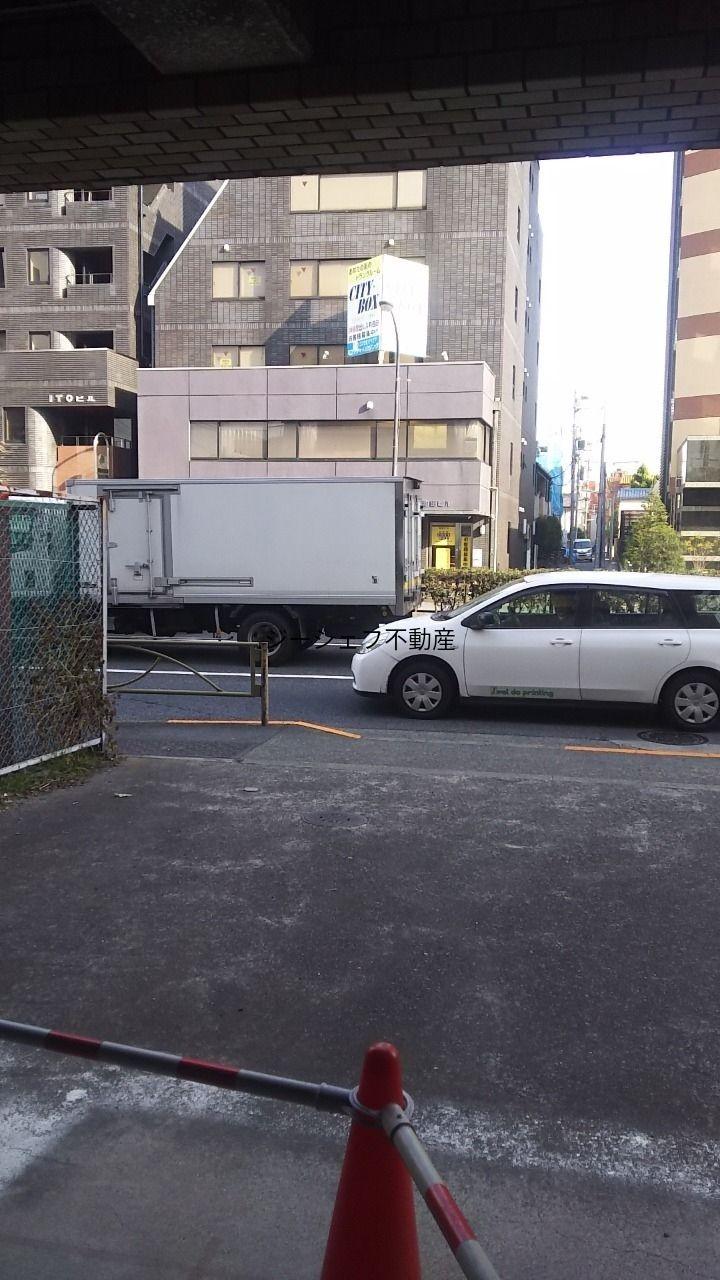 建物入口から見た前面道路