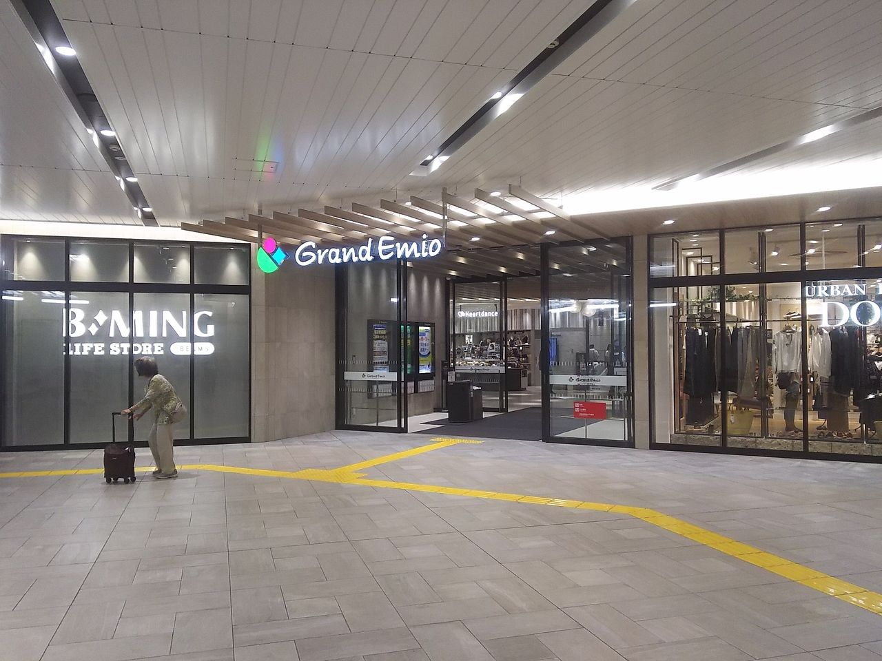 改札を左へ進むとグランエミオの入口。駅ナカにも施設への直結改札があります。