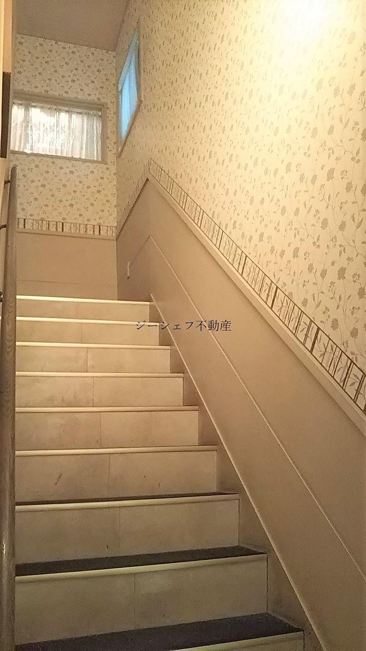 有効幅も広めのゆとりある階段。別途ダムベータ―もあります。