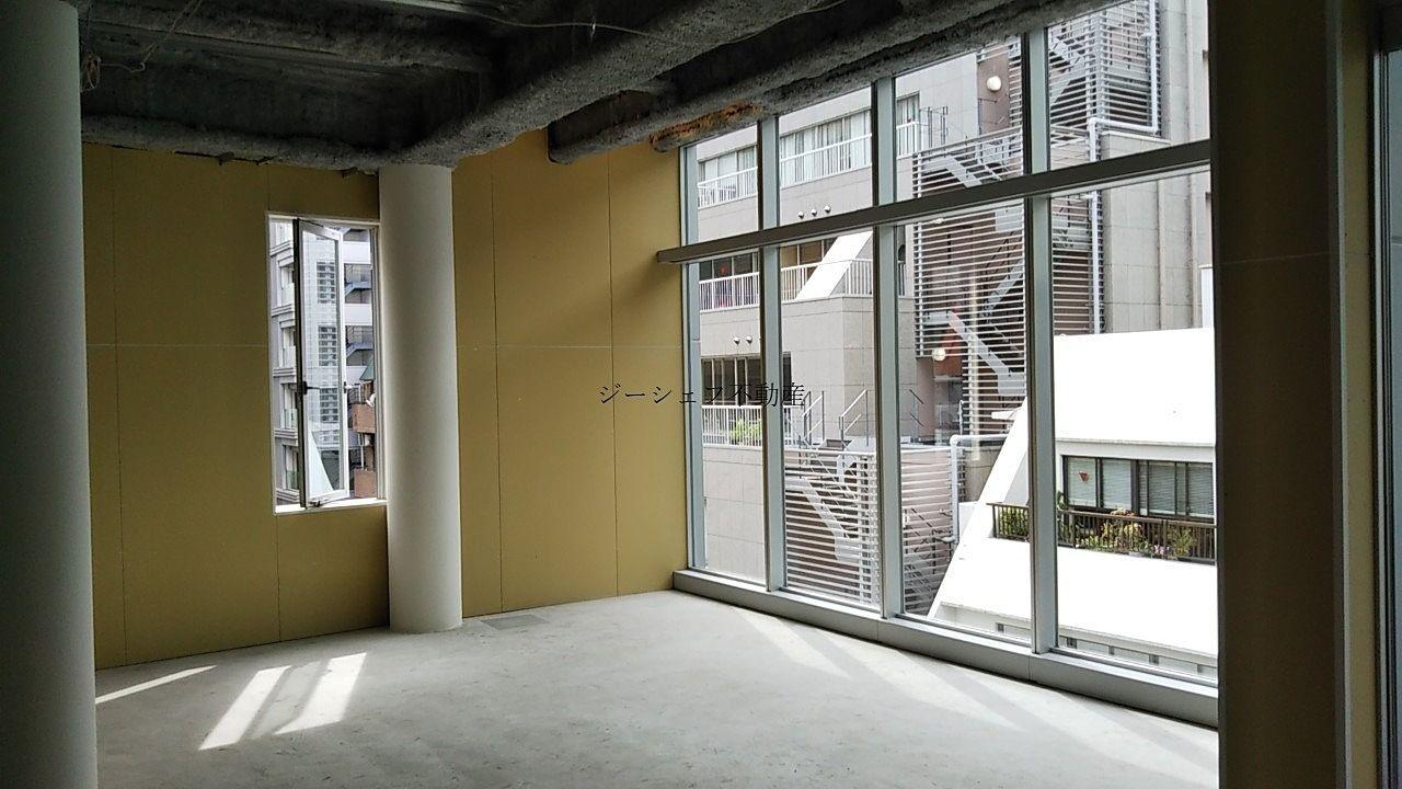道路面は窓ガラスが大きく天井高も3.5mあるため解放感のある空間