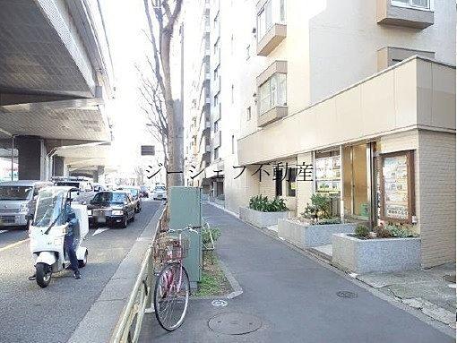 明大前・視認性良好な大型マンション1階路面貸店舗!