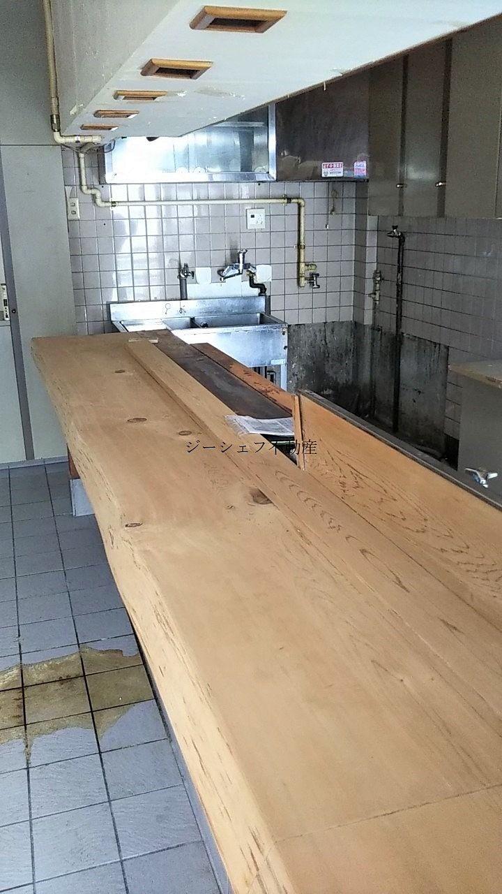 中央本町2丁目店舗の現況・小料理屋の内装(残置物)です。一枚板のカウンターもございます。