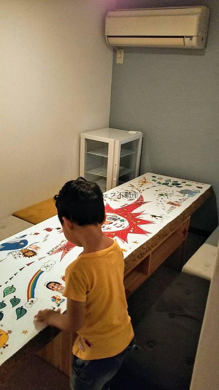 完全に個室ではありませんが、大人数はこちらで楽しめそう!うちの子供も絵に興味津々。