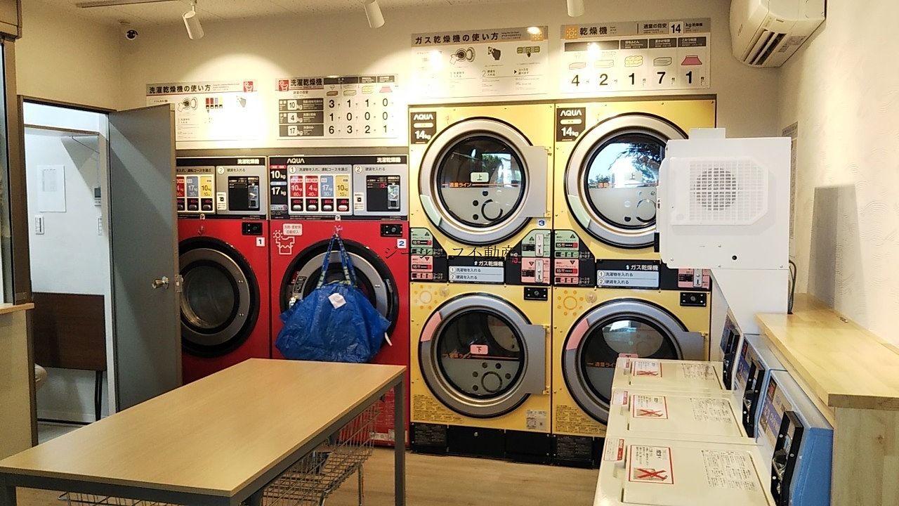 カラフルでおしゃれな乾燥機と洗濯乾燥機。洗濯目安や注意事項も掲示されていて親切です。